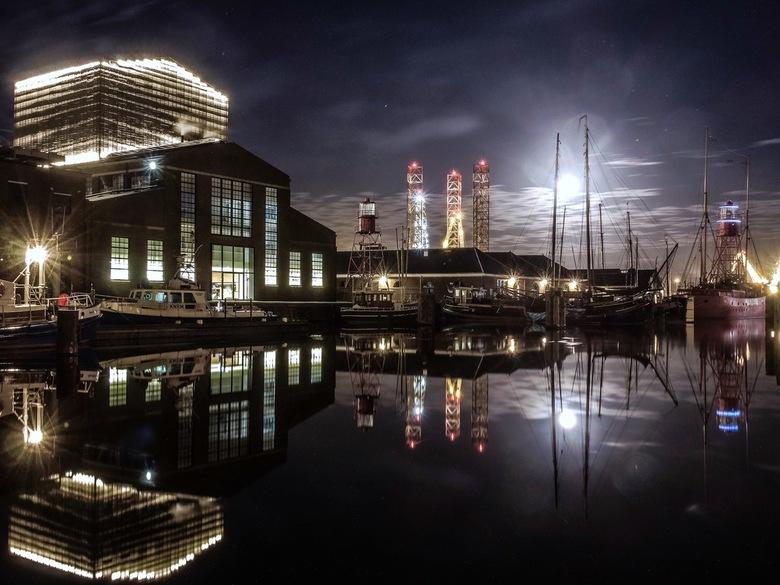 Project Schouwburg - Den Helder, Noord-Holland: Project Schouwburg, boorplatform Paragon C462 en het Lichtschip Texel 10. En laten we de maan niet ver