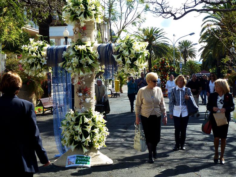 Fiesta de la Cruz - 3 Mei is een feestdag in Tenerife, Fiesta de la Cruz (feest van het Heilige Kruis) is een fleurig geheel.Vooral in Santa Cruz zijn