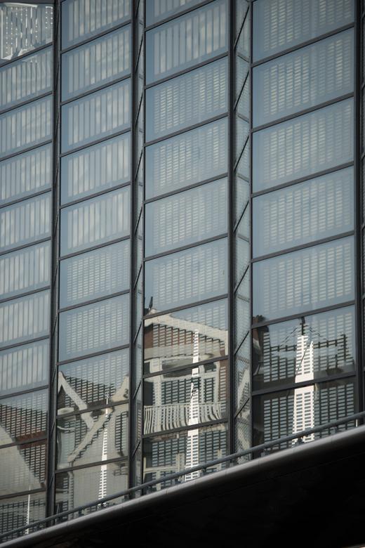 Achter het Station van Rotterdam - Zo ziet de achterkant eruit. Met een beetje passen en meten heb ik deze spiegeling kunnen kadreren. groetjes Detty<
