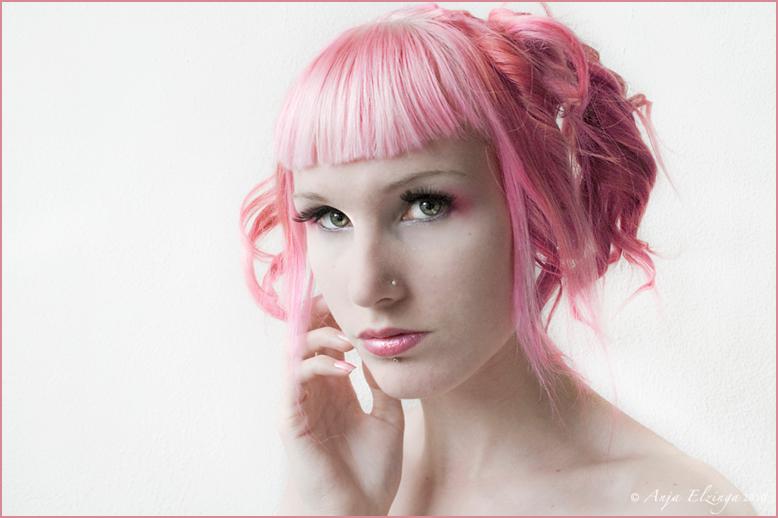 Zelfportret - sweet pink - Zelfportret 2010<br /> <br /> heel stom, ik dacht dat ik de camera op iso 100 had gezet. En toen ik klaar was, bleek deze