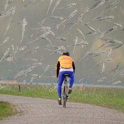 fietser voelt nattigheid