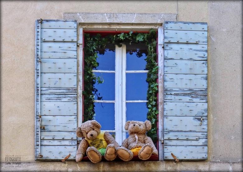 Lieve overburen! - Leuke venstertjes te zien in Saint-Rémy-de-Provence, Frankrijk.