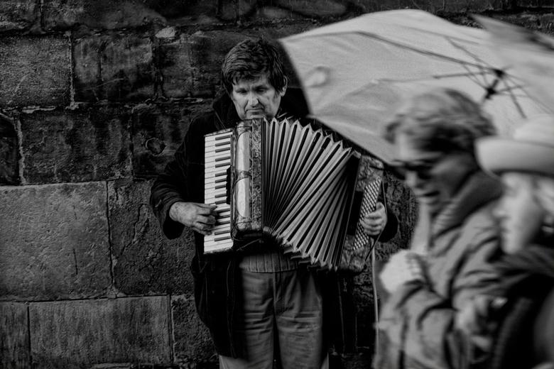 people of the street - Deze opname is van een blinde man die prachtig acordion  speelt en ook nog met zang erbij.Maar veel mensen hebben er geen boods