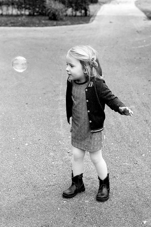 zeepbel  - Spelen met een zeepbel.