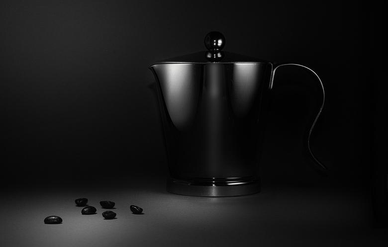 Coffee? - Wat uitgeprobeerd met flits en reflectie..<br /> Het koffiekannetje met flits en diffusor mooi zacht gekregen. En wat koffiebonen als versi