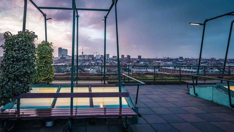 Uitzicht GHG - Sta je op het dak van het Groot Handelsgebouw in Rotterdam met je 35mm. Past het plaatje niet. Dan maar de camera draaien en een panora