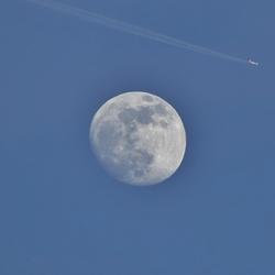 Supermaan met vliegtuig