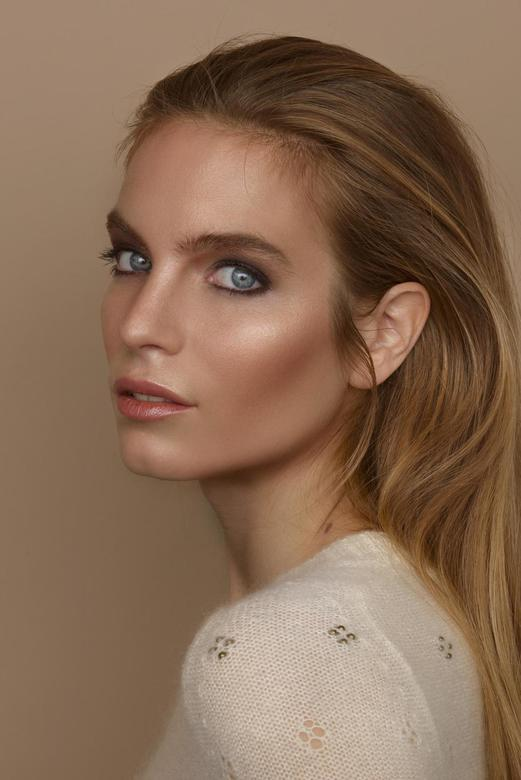 Bronze - Bronze: <br /> <br /> Monochromatic portrait of Laura<br /> Visagie Greanne Carthy<br /> foto Robert Molenaar
