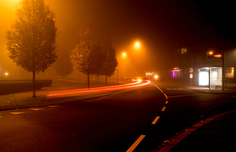 mistig - Rond een uur of 1 's nachts op de rotonde voor mijn huis. Deze foto nam ik  met een lange sluitertijd, want 'live' was er een