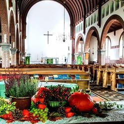 Een kerk in herfst
