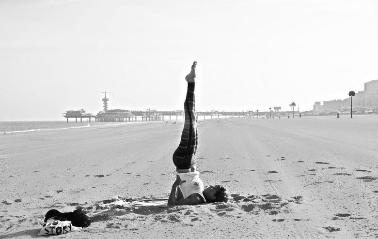 Yoga... beach story. - Vergroot kijkt beter ...Yoga on the beach.