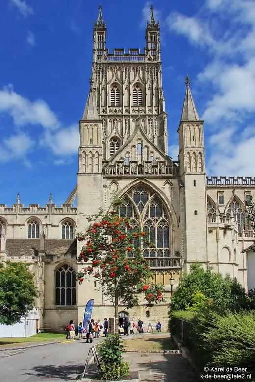 Gloucester 04 - De kathedraal van Gloucester is ook bisschopskerk. We worden via een steegje naar een zijdeur geleid. In het jaar 679 werd hier al een