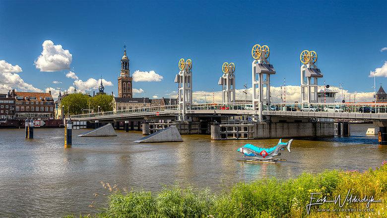 Kampen - Het stadsfront van Kampen met de stadsbrug en de Nieuwe Toren op een zonnige zomermiddag