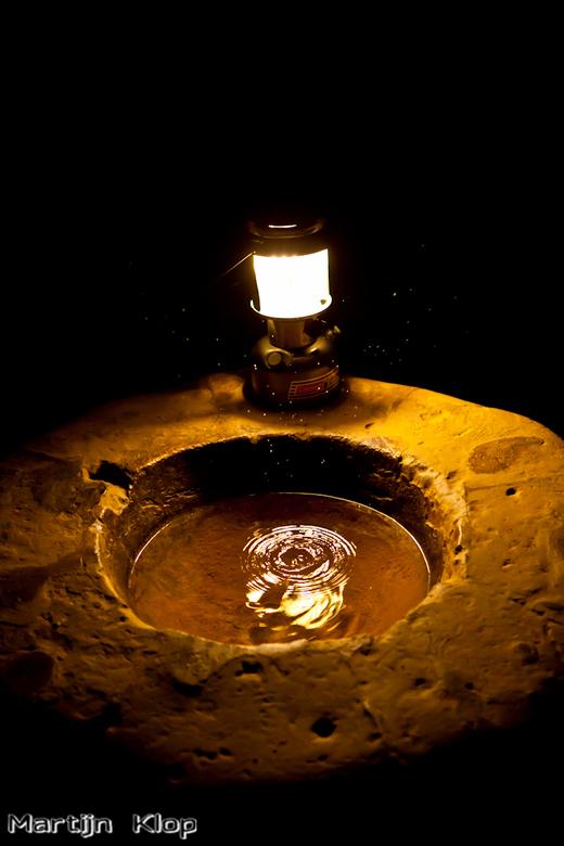 In the candle light... - Opspattend water van de eeuwig druppelende stalactieten in de grotten van Valkenburg.