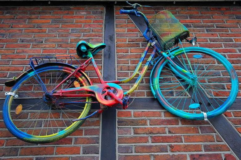 Duitse fiets - Deze beschilderde fiets hing ergens aan een muur in een Duits<br /> dorpje. Die mandjes aan het stuur is kenmerkend voor een duitse fi