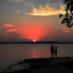 saampjes naar zonsondergang kijken