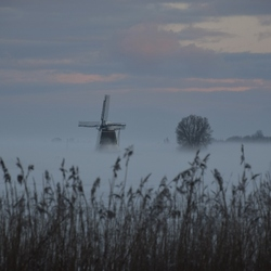 Molen in winterlandschap