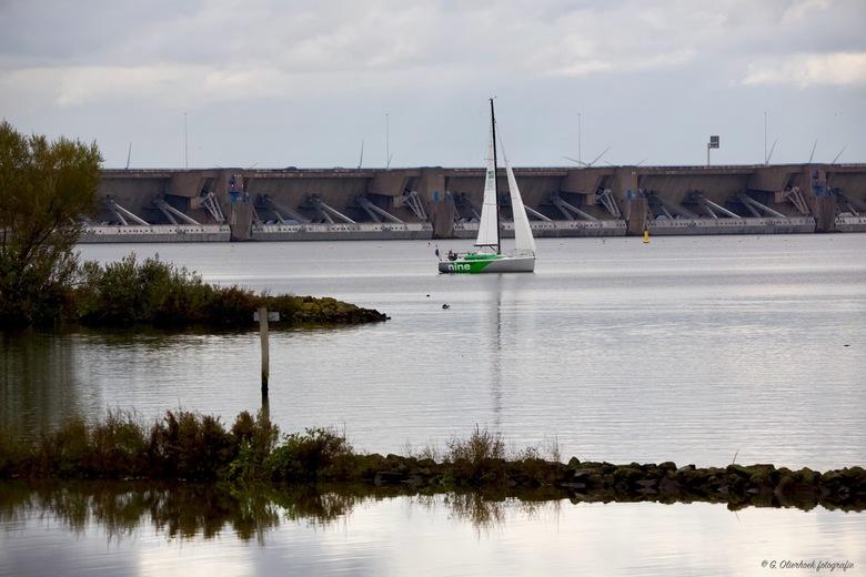 Wind stil - Zeilboot op het Haringvliet en op de achtergrond de Haringvlietdam.<br /> <br /> Kijk hem ff in het groot.