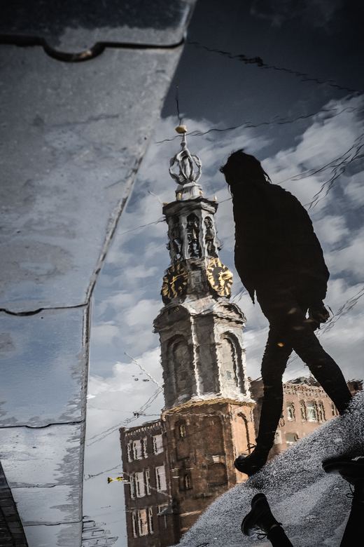 Reflectie Amsterdam Munttoren - Na een flinke regenbui verscheen de reflectie van de Amsterdamse Munttoren mooi in een plas water. Het silhouette van