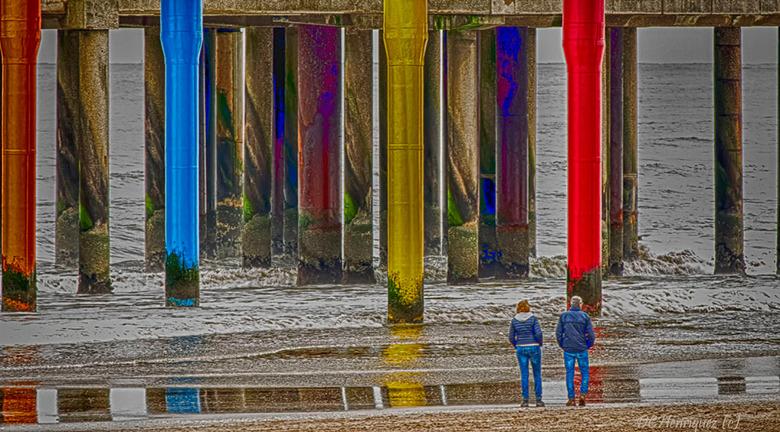 Groot vs klein - Fotogenieke gekleurde zuilen bij de Pier in Scheveningen,  door ze op afstand te fotograferen laten ze zien hoe groot ze zijn.<br />