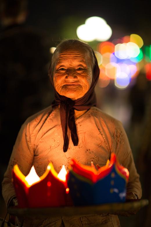 lantaarn verkoopster - Hoi an transformeert tot een waar lichttheater in de avond. Het vraagt flink wat  van je camera maar met spot metering en een h
