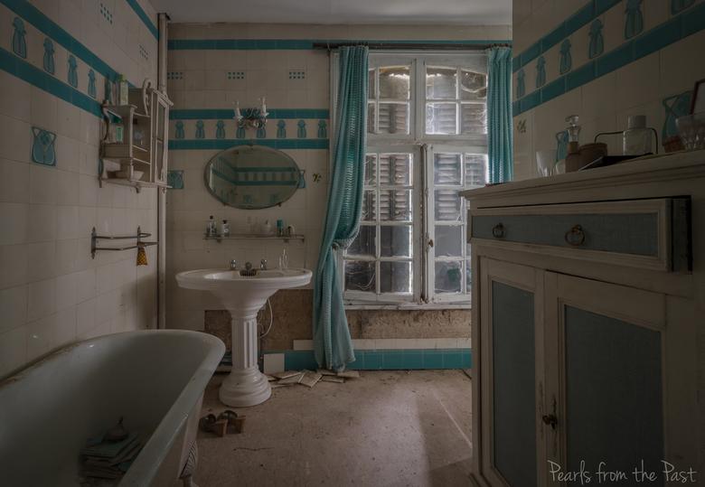 Let it all flow down.. - Een verlaten badkamer ergens in Frankrijk.