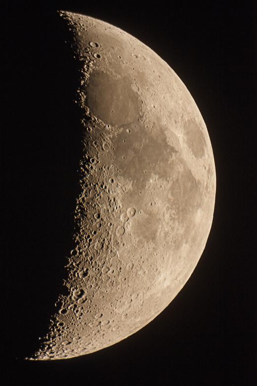 Maan 30-09-14.jpg - De maan op 30 september. Dit is een aantal dagen na nieuwe maan. Foto gemaakt via telescoop (812mm f/4 met 2x barlow -> dus op