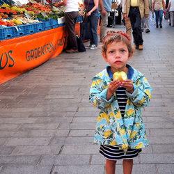 Meisje in verwondering met appel.