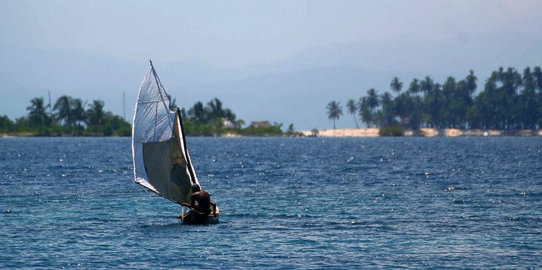 Eenzame visser - Een visser in een typisch zeilbootje in Panama.