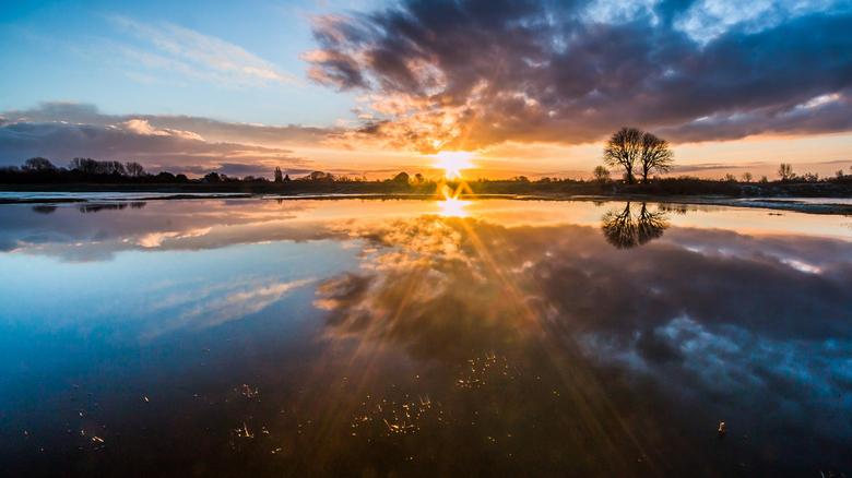 Crossing the sun - Het reflecterend vermogen van een prachtige ochtend.