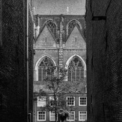 Doorkijk grote naar kerk