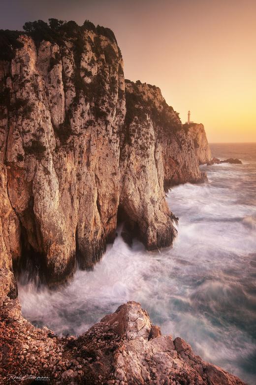 The lighthouse cape Lefkada  - Fotograferen en vakantie gaan niet altijd makkelijk samen. Deze keer kreeg ik mijn man wel mee op avontuur.  Dit was ee