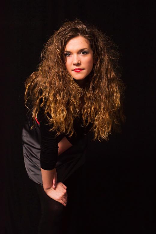 Poseren - Les 6 van de cursus: studiofotografie. Model Yvonne.....een plaatje om te zien, niet zo moelijk om daar iets leuks van te maken. Opdracht, l