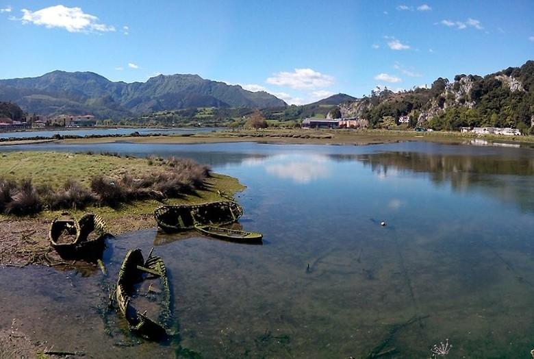 Rio Sella, Ribadesella - Vergane boten in de getijdenrivier Rio Sella in Ribadesella, Noord Spanje