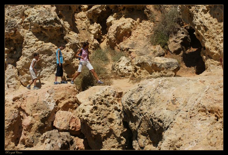 Spannend......... - foto van spannende kust rots wandeling in Portugal-Albufeira.<br /> je hebt daar hele mooie grillige kustlijnen, met schitterende