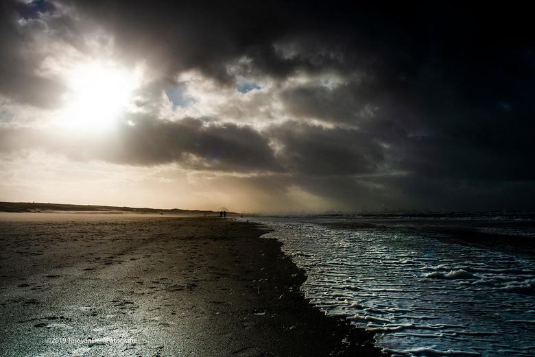 Na zonneschijn komt regen.... - Onstuimig weer aan de kust vanmiddag. Spectaculair licht zo op z'n tijd. En uitgewaaid en een mooie plaat gemaakt