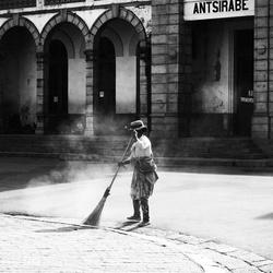 Mevrouw veegt de straten in Madagaskar