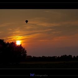 Luchtballon bijn zonsondergang