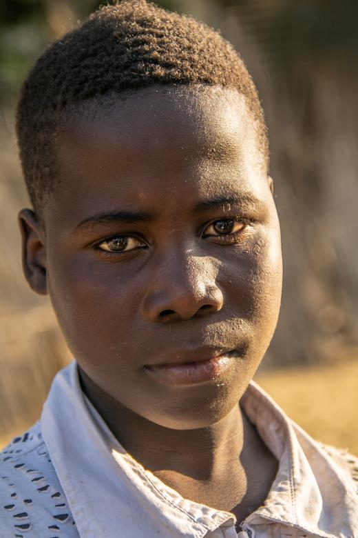 Sad - Afrika is vol met mooie, prachtige mensen. Ieder met zijn verhaal, zijn emotie.<br /> Deze foto van deze prachtige jongen is genomen op de mark