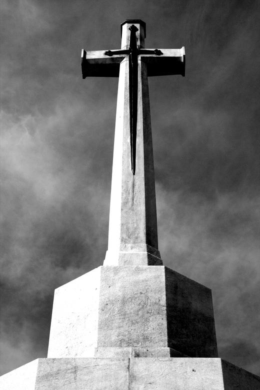 """Cross of Sacrifice - Foto gemaakt op """"Tyne Cot"""" Cemetery een militaire begraafplaats uit de slag van Passendale (België) in de Eerste Wereldoorlog. He"""