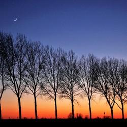 Zon onder maan op