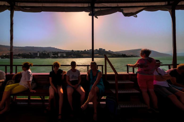 vanuit de boot - Varen bij zonsondergang op het meer van Galilea is altijd weer een bijzondere ervaring , dit keerstond de zon al vrij laag wat toch e