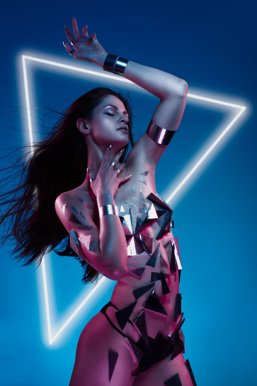 ENTANGLED - modol, muah and stylist by Sofiia Nevezhina<br /> <br /> Foto Robert Molenaar<br /> <br /> Neon - metallic look, based on a analogous