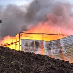 Boer ziet zijn eigen stal uitbranden, toekomst wordt voor hem weg getrokken het en harden werk ongedaan gemaakt