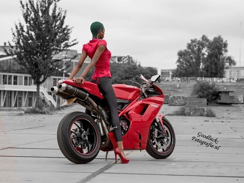 """Ducatie babe - Model Valerie op een stoere Ducati<br /> <br /> Wil je meer zien van Valerie klik op de link <br /> <a href=""""https://www.goodluck-fo"""