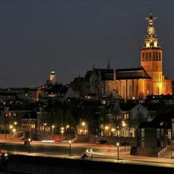 Nijmegen aan de Waalkade in avondlicht