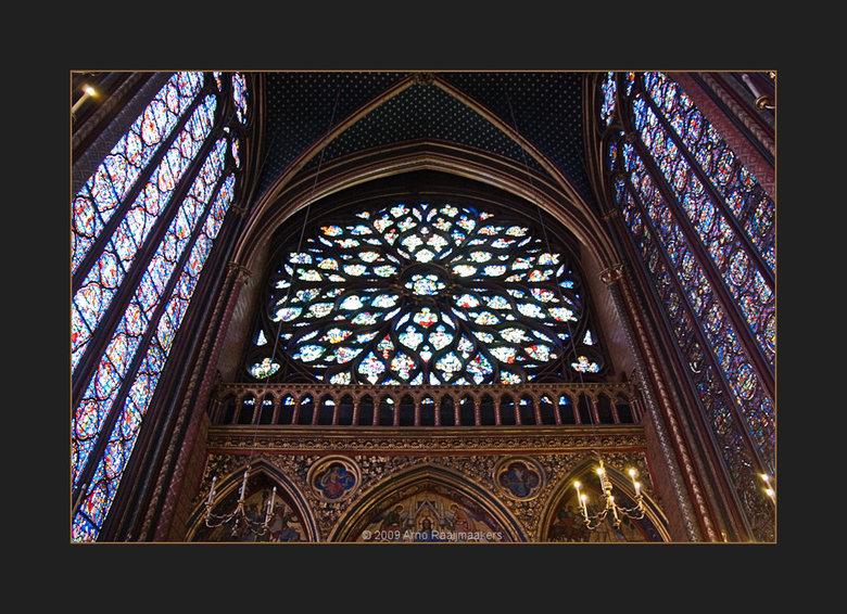 Parijs S-Chapelle2 - Ook naar de Sainte Chapelle geweest.<br /> Schitterende kerk met bijzonder fraai licht door het glas in lood (als de zon tenmins