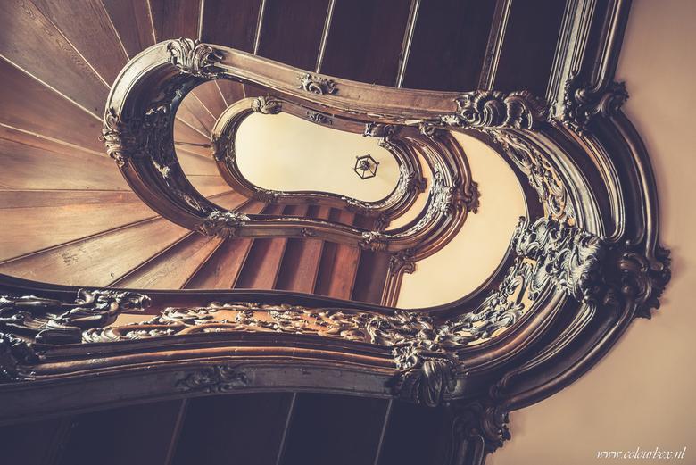 Dwarsligger. - Wederom een prachtige wenteltrap. Deze keer een trap van honderden jaren oud, volledig van hout gemaakt.