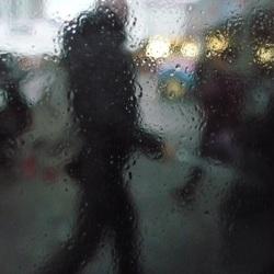 zicht vanuit een abri bij regen