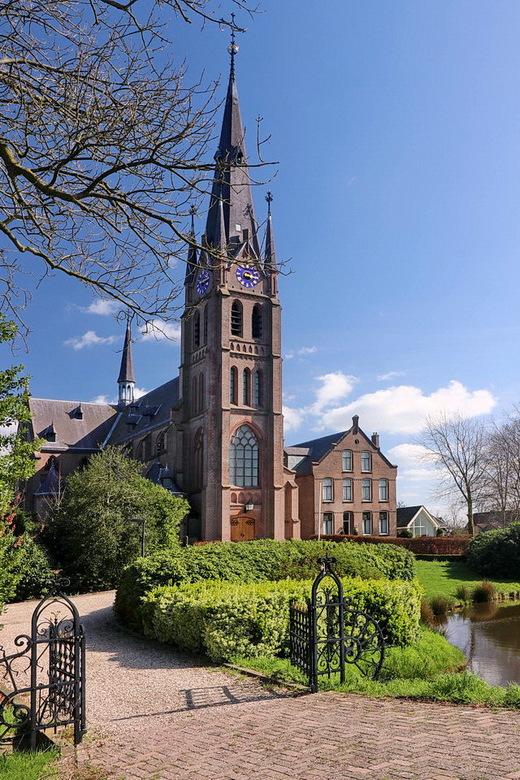 OLV Hemelvaartkerk. - Tot 1888 was Nederhorst den Berg in de verte alleen te herkennen aan de toren van de eeuwenoude Willibrordkerk op de heuvel.<br